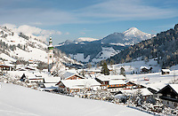 Austria, Tyrol, Wildschoenau: high valley at Kithbuehel Alps, district Oberau with parish church St. Margareth, at background Kitzbueheler Horn mountain | Oesterreich, Tirol, Wildschoenau: Hochtal in den Kitzbueheler Alpen bei Woergl, Kirchdorf Oberau mit dem Wildschoenauer Dom, der Pfarrkirche St. Margaretha, im Hintergrund das Kitzbueheler Horn