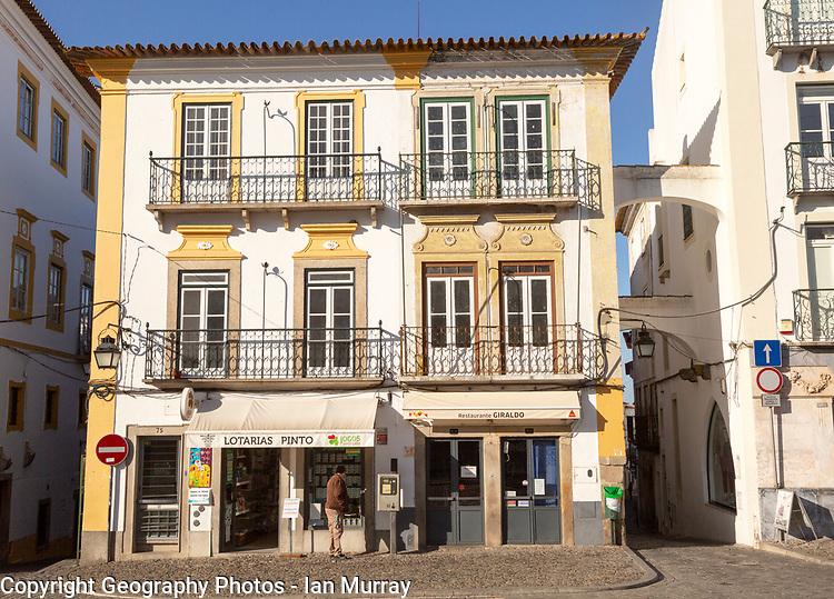 Historic buildings and shops in famous city centre square, Giraldo Square, Praça do Giraldo, Evora, Alto Alentejo, Portugal southern Europe