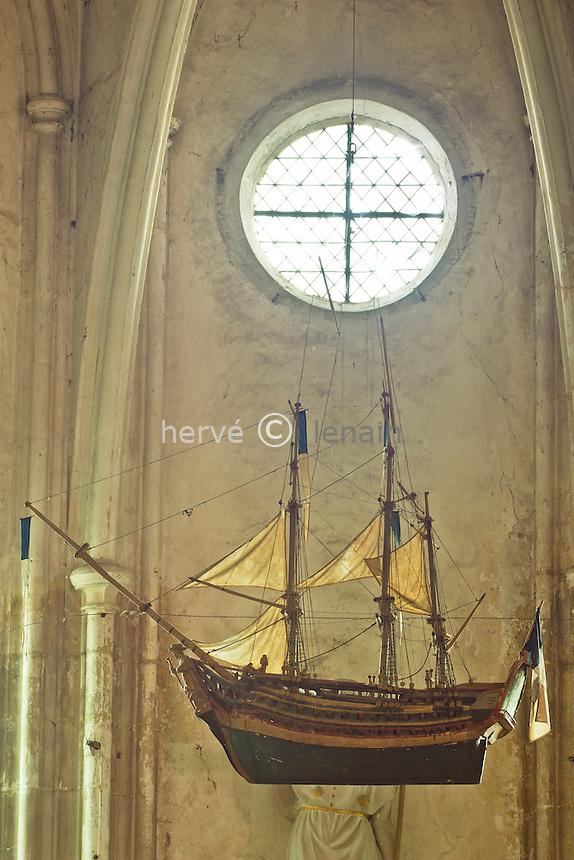France, Cher (18), Berry, Saint-Satur, église abbatiale Saint-Guinefort, ex-voto fait par un marinier de Loire représentant une caravelle dans la chapelle Saint Roch // France, Cher, Berry, Saint Satur, church St Guinefort, votive offerings made ??by a boatman Loire representing a caravel in the chapel of St. Roch