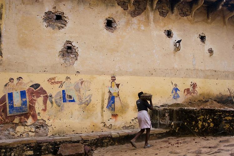 23.11.2010 Bundi (Rajasthan)<br /> <br /> Man carrying sand in Bundi palace.<br /> <br /> Homme transportant du sable dans le palais de Bundi.