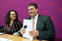 Berlin, der SPD-Bundesvorsitzende Sigmar Gabriel und die SPD-Generalsekret&auml;rin Andrea Nahles sitzen am Sonntag (15.12.13) im Willy-Brandt-Haus vor der Sitzung des SPD-Parteivorstands nach der Zustimmung der SPD-Mitglieder im Mitgliedervotum.<br /> Foto: Steffi Loos/CommonLens