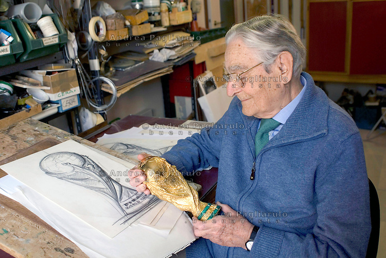 Milano, l'orafo e scultore Silvio Gazzaniga, creatore della Coppa Del Mondo FIFA,  nel suo studio.<br />