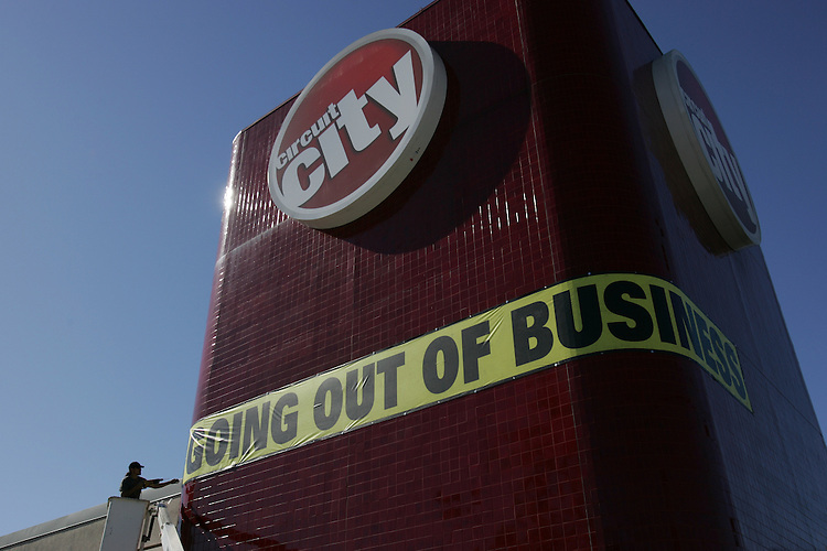 "Reflect Signs worker Rafael Olmedo puts a ""going out of business""  banner on a Circuit City on Victory Blvd. in the Van Nuys neighborhood of Los Angeles, California  January 29, 2009. Circuit City recently declared bankrupcy and is closing its stores..GERARD BURKHART PHOTO 818-207-0273.."