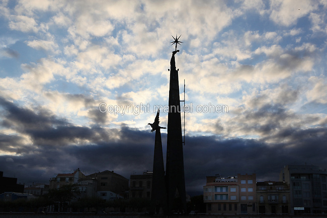 """Monument to the """"batalla de l'Ebre"""" (the Ebro battle), Lluis M. Saumells Panades, 1966, Tortosa, Tarragona, Spain. This memorial commemorates the decisive 1938 battle that sealed the fate of the Spanish Civil War. In 1986, the Franco-related symbols were removed from the monument. Picture by Manuel Cohen"""