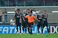 SÃO PAULO, SP, 31 DE MARÇO DE 2013 - CAMPEONATO PAULISTA - SÃO PAULO x CORINTHIANS: Jogadores do Corinthians reclamam com árbitro do gol do São Paulo durante partida São Paulo x Corinthians, válida pela 16ª rodada do Campeonato Paulista de 2013, disputada no estádio do Morumbi em São Paulo. FOTO: LEVI BIANCO - BRAZIL PHOTO PRESS