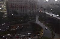 SAO PAULO, 18 DE FEVEREIRO DE 2013. - CLIMA TEMPO SP - Pancada de chuva atinge a capital, na regiao central, na tarde desta segunda feira, 18. (FOTO: ALEXANDRE MOREIRA / BRAZIL PHOTO PRESS).