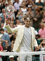 27-6-06,England, London, Wimbledon, first round match, Roger Federer Thanks the crowd after his match in a stylish jacket