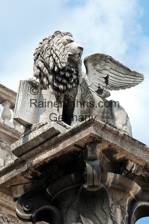 Italy, Veneto, Province Capital Verona: Piazza delle Erbe, The winged Lion of St. Mark | Italien, Venetien, Provinzhauptstadt Verona: Marmorsäule mit dem gefluegelten Markusloewen auf der Piazza delle Erbe
