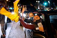 BOGOTA-COLOMBIA, 04-08-2020: Partidarios delsenador y ex presidente Alvaro Uribe Velez, protestan por la decisión de la Corte Suprema de colocar a Uribe Velez bajo arresto domiciliario mientras avanza una investigación de manipulación de testigos contra el ex presidente. / Supporters of senator and former president Alvaro Uribe Velez, a Protestant over the Supreme Court decision to place Uribe Velez under house arrest while an investigation of witness controls against the former president is progressing. Photo: VizzorImage / Diego Cuevas / Cont.