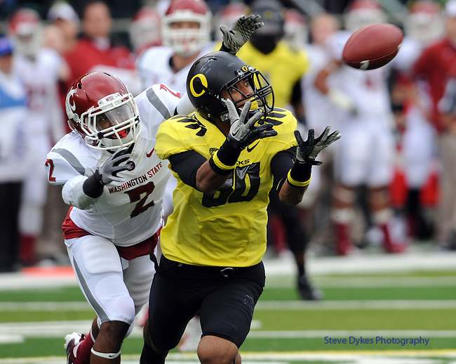 EUGENE, OR - OCTOBER 29: Wide receiver Lavasier Tuinei #80 of the Oregon Ducks reaches out for a pass reception as Nolan Washington #2 of the Washington State Cougars in the third quarter of the game at Autzen Stadium on October 29, 2011 in Eugene, Oregon. Oregon won the game 43-28. (Photo by Steve Dykes/Getty Images) *** Local Caption *** Lavasier Tuinei; Nolan Washington