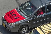 CALI - COLOMBIA, 31-07-2020: Protesta de SOS de los restaurantes, bares y hoteles en Cali durante el día 129 de la cuarentena obligatoria en el territorio colombiano causada por la pandemia  del Coronavirus, COVID-19. / Restaurant, Hotel and Bar owners protest fot the SOS situation in Cali during the day 129 of mandatory total quarantine in Colombian territory caused by the Coronavirus pandemic, COVID-19. Photo: VizzorImage / Gabriel Aponte / Staff