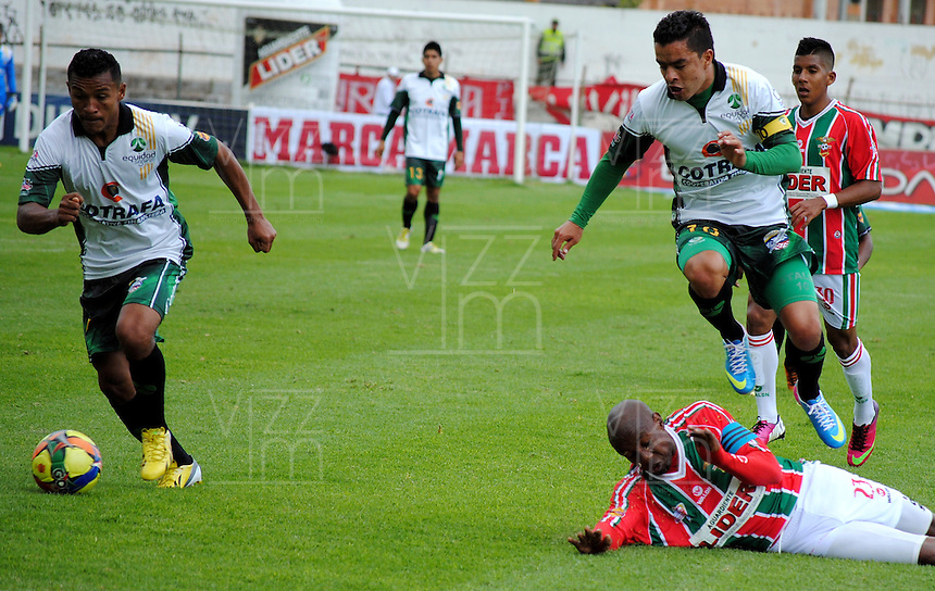 TUNJA- COLOMBIA-12-05-2013: Gonzalo Martinez (Der abajo) jugador de Patriotas Boyaca F.C., lucha por el balón con Stalin Motta (Der.)  y Wilson Morelo (Izq) de La Equidad durante partido en el estadio La Independencia de la ciudad de Tunja, mayo 12 de 2013. Patriotas Boyaca F.C. y La Equidad durante partido por la fecha 15 de la Liga Postobon I. (Foto: VizzorImage / Jose Palencia / Cont.). Gonzalo Martinez (R on the grass) player of Patriotas Boyaca F.C. struggles for the ball withStalin Motta (R) and Wilson Morelo (L) of La Equidad during game in the La Independencia stadium in Tunja City, May 12, 2013. Patriotas Boyaca F.C. and la Equidad during match for the 15 round of the Postobon League I. (Photo: VizzorImage / Jose Palencia / Cont.).