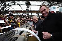 Eröffnung des Leipziger Citytunnel am Sonnabend (14.12.2013) - der erste Zug rollt mit einem Feuerwerk in der Station Hauptbahnhof ein - Bahnchef Rüdiger Grube und OB Burkhard Jung schneiden die S-Bahn-Torte an. Foto: Norman Rembarz