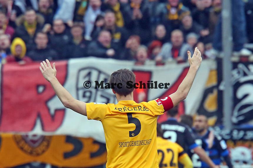 Romain Bregerie (Dresden) freut sich ueber die Rote Karte fuer Joan Oumari (FSV) - FSV Frankfurt vs.Dynamo Dresden, Frankfurter Volksbank Stadion