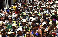 OLINDA, PE - 09.02.2016 - CARNAVAL-PE- Foliões tomam as ruas do centro de Olinda durante desfile de bonecos gigantes e apresentação de samba, nesta terça-feira, 09. (Foto: Jean Nunes/Brazil Photo Press)