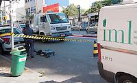 """SÃO PAULO - SP - 11,08,2014 - POLÍCIA AGUARDA PERÍCIA PARA """"ARTEFATO"""" ENCONTRADO NA LIBERDADE - A polícia isolou a área da Avenida Liberdade na altura do numero 900 na manhã dessa segunda-feira.O """"artefato"""" foi encontrado entre a sarjeta;a polícia não obtinha informações desse """"objeto"""" isolando a área à espera da perícia.O carro do IML causava estranhamento em populares curiosos no local que perguntavam sobre suposto corpo entre os sacos.O saco foi deixado na Avenida Liberdade,região central da cidade de São Paulo na manhã dessa segunda-feira,11 (Foto:Kevin David/Brazil Photo Press)"""