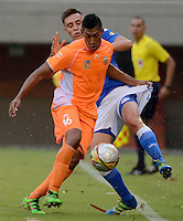 ENVIGADO -COLOMBIA-30-04-2016. Cristian Arrieta (Der) jugador de Envigado FC disputa el balón con Henry Rojas (Izq) jugador de Millonarios durante partido por la fecha 16 de la Liga Águila I 2016 realizado en el Polideportivo Sur de la ciudad de Envigado./ Cristian Arrieta (R) player of Envigado FC fights for the ball with Henry Rojas (L) player of Millonarios during match for the date 16 of the Aguila League I 2016 played at Polideportivo Sur in Envigado city.  Photo: VizzorImage/ León Monsalve /STR