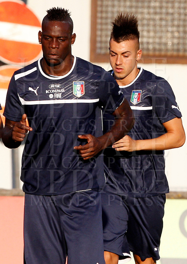 Gli attaccanti della Nazionale italiana Mario Balotelli, sinistra, e Stephan El Shaarawy, si scaldano durante un allenamento in vista della partita amichevole tra Italia ed Argentina in programma allo stadio Olimpico il 14 agosto, a Roma, 12 agosto 2013.<br /> Italy's forwards Mario Balotelli, left, and Stephan El Shaarawy run during a training session ahead of a friendly football match between Italy and Argentina, scheduled at the Olympic stadium on 14 August, in Rome, 12 August 2013. <br /> UPDATE IMAGES PRESS/Riccardo De Luca