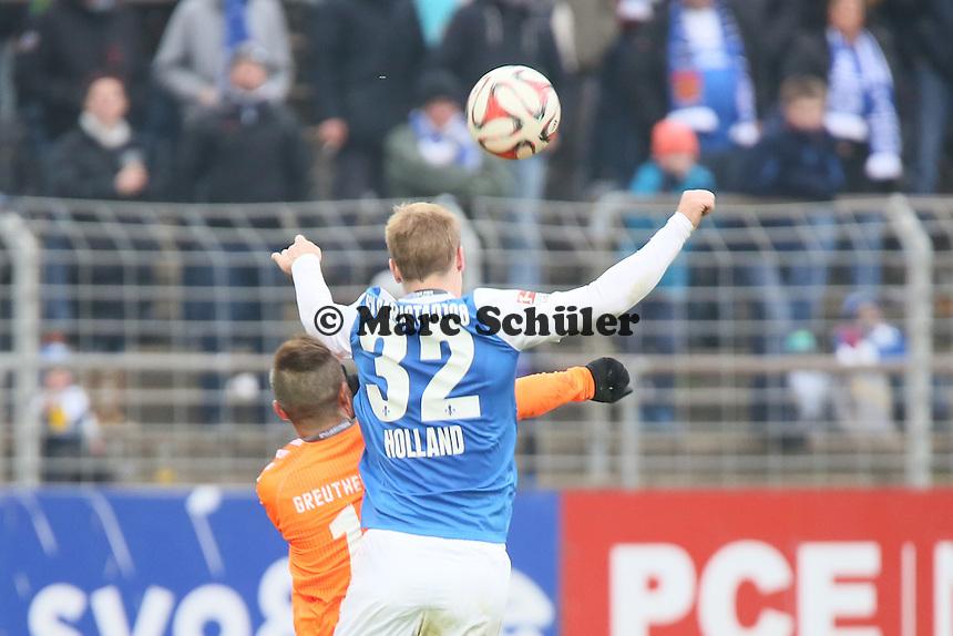 Fabian Holland (SV98) im Duell mit Stephan Schroeck (Fuerth), der sich dabei verletzt - SV Darmstadt 98 vs. SpVgg. Greuther Fuerth, Stadion am Boellenfalltor