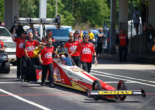 NHRA Mello Yello Drag Racing Series<br /> Lucas Oil NHRA Southern Nationals<br /> Atlanta Dragway, Commerce, GA USA<br /> Saturday 6 May 2017 Doug Kalitta, Mac Tools, top fuel dragster, crew<br /> <br /> World Copyright: Mark Rebilas<br /> Rebilas Photo