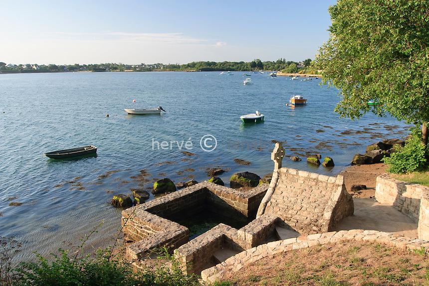 France, Morbihan (56), Saint-Cado, sur la ria d'Étel, la fontaine à proximité de la chapelle Saint-Cado // France, Morbihan, Saint-Cado, along the ria d'Etel, the fountain near the chapel Saint-Cado