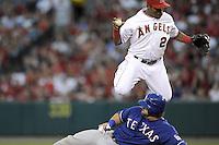 PBX01. ANAHEIM (CA, EE.UU.), 19/07/2011.- El jugador de los Rangers Mike Napoli (abajo) se barre a la base junto al paracorto Erick Aybar (arriba) de los Angelinos hoy, martes 19 de julio de 2011, durante el juego de la MLB en el estadio Angel de Anaheim, California (EE.UU.). EFE/PAUL BUCK..