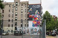 NOVA YORK, EUA, 09.08.2018 - DESARMAMENTO-NOVA YORK - Grafite com garoto segurando uma arma de fogo e realizando um auto retrato atraves de um celular em uma sala de aula é visto em  na Ilha de Manhattan em Nova York nesta quinta-feira.  O Grafite faz parte das campanhas contra o armamento e autor ainda é desconhecido. (Foto: Vanessa Carvalho/Brazil Photo Press)