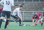 AMSTELVEEN - Valentin Verga (Adam) met Steven van Rhede van der Kloot (HCKZ) tijdens de hoofdklasse competitiewedstrijd mannen, Amsterdam-HCKC (1-0).  COPYRIGHT KOEN SUYK