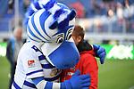 10.04.2019, Schauinsland-Reisen-Arena, Duisburg, GER, 2. FBL, MSV Duisburg vs. 1. FC Koeln,<br />  <br /> DFL regulations prohibit any use of photographs as image sequences and/or quasi-video<br /> <br /> im Bild / picture shows: <br /> MSV Maskottchen &bdquo;Ennatz&ldquo; ( MSV Duisburg),  begruesse Markus Anfang Trainer, Headcoach (1.FC Koeln),<br /> <br /> Foto &copy; nordphoto / Meuter