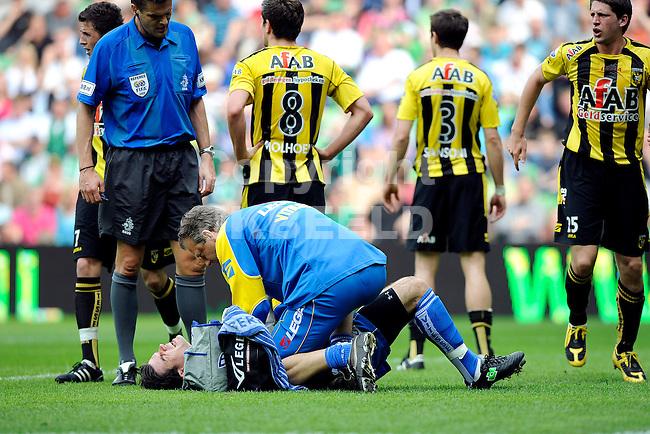 voetbal fc groningen - vitesse eredivisie seizoen 2008-2009 12-04-2009 piet velthuizen wordt behandeld.fotograaf jan kanning. .