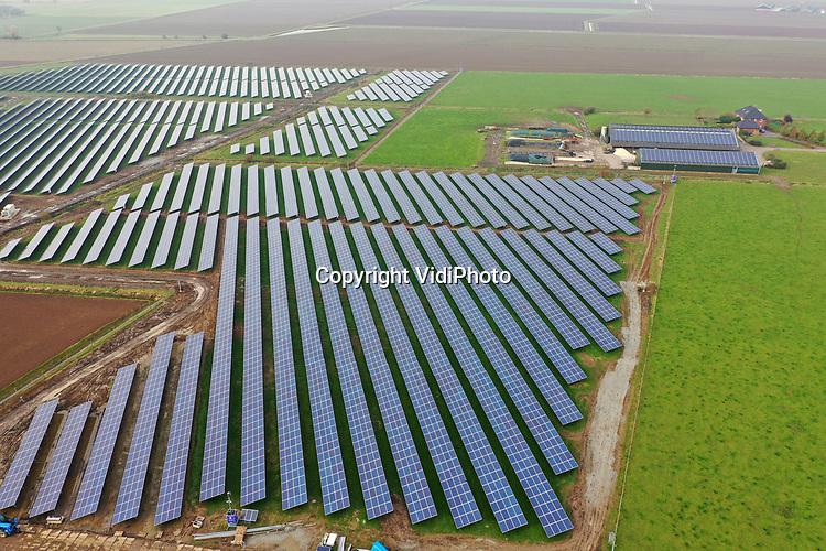 Foto: VidiPhoto<br /> <br /> BEMMEL – En weer verdwijnt er een flinke lap kostbare landbouwgrond in de gemeente Lingewaarden. Op 19 ha. grond bij glastuinbouw gebied NEXTGarden (Bergerden) in Bemmel (gemeente Lingewaard), wordt op dit moment de laatste hand gelegd aan de koppeling van 40.000 zonnepanelen (energie voor 3500 huishoudens) aan het electriciteitsnet. Het Het Duitse Kronos Solar gaat Zonnepark Lingewal exploiteren. De grond is van melkveehouder mts. Vermeulen. De boer heeft geen opvolger en heeft dit deel van zijn land daarom in erfpacht uitgegeven. Niet alleen de buren zijn tegen de komst van het enorme zonnepark, maar ook landbouworganisatie LTO. Al eerder werden er honderden hectaren landbouwgrond opgeslokt voor natuurgebied Lingezegen. Lingewaard wil na dit zonnepark -tot frustratie van LTO- nogeens 30 ha. landbouwgrond bestemmen voor zonnepanelen om in 2050 energieneutrale gemeente te kunnen zijn. Half december wordt Zonnepark Lingewal aangesloten op het electriciteitsnet.