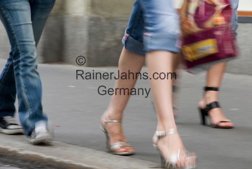 CHE, Schweiz, Kanton Bern, Bern: Altstadt - Beine von Fussgaengern auf einem Buergersteig | CHE, Switzerland, Canton Bern, Capital Bern: pedestrian's legs