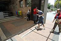 SAO PAULO, SP, 06 JANEIRO 2013 - SEGUNDA FASE FUVEST -  Nesse Domingo comeca a Segunda Fase da Fuvest, na foto o ultimo candidato entra em um dos locais de prova a Faculdade Anhembi na Mooca. FOTO: LUIZ GUARNIERI / BRAZIL PHOTO PRESS).