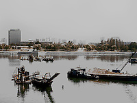 Arbeitsschiffe auf dem Taedong-Fluss, Pyongyang, Nordkorea, Asien<br /> Working ships on Taedong river, Pyongyang,, North Korea, Asia