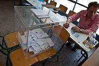 Atene,17 giugno 2012 elezioni politiche nazionali: uno scrutatore e l'urna elettorale in un seggio della citt&agrave;.<br /> Athens, June 17, 2012 national elections, voting<br /> Ath&egrave;nes, Juin 17, 2012 &eacute;lections nationales, les bureaux de vote
