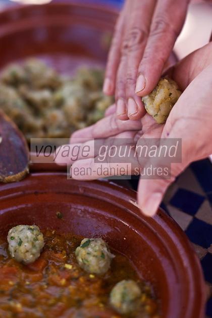 Afrique/Afrique du Nord/Maroc/Essaouira: Riad: Villa Garance - la cuisinière prépare  des boulettes de poisson (merlan), à l'huile d'argan