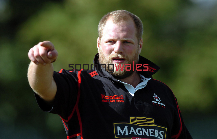 CAPTION: EDINBURGH PROP CRAIG SMITH HOPES TO MAKE A POINT TOMORROW AFTER BEING NAMED IN THE STARTING LINE UP.EDINBURGH GUNNERS TRAINING SESSION, MURRAYFIELD STADIUM, EDINBURGH, THURSDAY 7TH SEPTEMBER 2006.COPYRIGHT: FOTOSPORT/DAVID GIBSON, MILLSTONE BROW, BY CARNWATH, LANARKSHIRE, ML11 8LJ, SCOTLAND, UK TEL: 01501 785 060 MOBILE: 07774 444 787