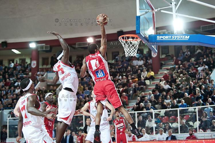 Teramo 04-12-2011 Campionato di Lega A1 Basket 2011/2012: TERAMO BASKET VS SCAVOLINI SIVIGLIA TERAMO. UNA SCHIACCIATA SPETTACOLARE DI WHITE JAMES DEL PESARO