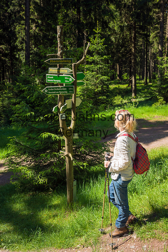 Germany, Thuringia, near Schmiedefeld am Rennsteig: hiking at Rennsteig hiking trail, Germany's oldest and most frequented long distance hiking trail | Deutschland, Thueringen, bei Schmiedefeld am Rennsteig: Wandern auf dem Rennsteig, dem aeltesten und meistbegangenen Weitwanderweg Deutschlands