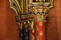 PARIS, FRANCA, 17.06.2019 - TURISMO-PARIS - A Sainte-Chapelle é uma capela gótica situada na Île de la Cité em Paris, construída no século XIII por Luís IX (São Luís). Foi projectada em 1241, iniciada em 1246 e concluída muito rapidamente, sendo consagrada em abril de 1248. O seu patrono foi o devoto rei francês Luís IX, que a construiu para servir de capela do palácio real. O restante do palácio desapareceu completamente, sendo substituído pelo actual Palácio da Justiça. Depois de terminada, a Sainte-Chapelle carecia de santificação pela presença de relíquias apropriadas e, assim, obteve-se a coroa de espinhos de Cristo, obtidas do imperador latino de Constantinopla, Balduíno II, pela exorbitante soma de 135.000 libras. Para ter uma ideia de relatividade, a construção de toda a capela custou 45.000 libras. Além de outras relíquias, acrescentou-se ainda um fragmento da Vera Cruz e, desta forma, o edifício tornou-se um precioso relicário. Consiste de duas capelas sobrepostas, a inferior reservada aos funcionários e moradores do palácio, e a superior para a família real. A ideia de uma capela palaciana se baseou na Igreja da Virgem de Pharos, anexa ao Grande Palácio de Constantinopla, onde estavam as relíquias saqueadas pelo Império Latino durante a ocupação da capital do Império Bizantino (1204 - 1261). (Foto: Vanessa Carvalho/Brazil Photo Press)