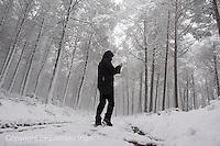 Fecha: 01-02-2015. Invierno en galicia, un hombre camina por un bosque nevado