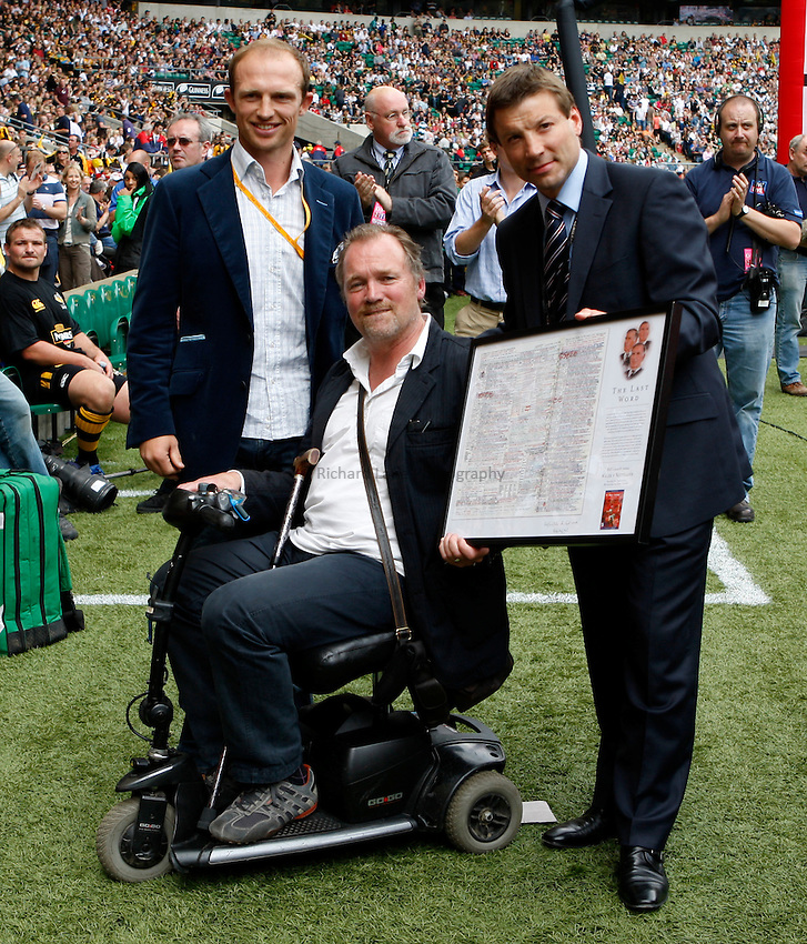 Photo: Richard Lane/Richard Lane Photography. .Leicester Tigers v London Wasps. Guinness Premiership Final. 31/05/2008. Alistair Hignall (c) receives a presentation from Matt Dawson (lt) and Rob Andrew (rt).