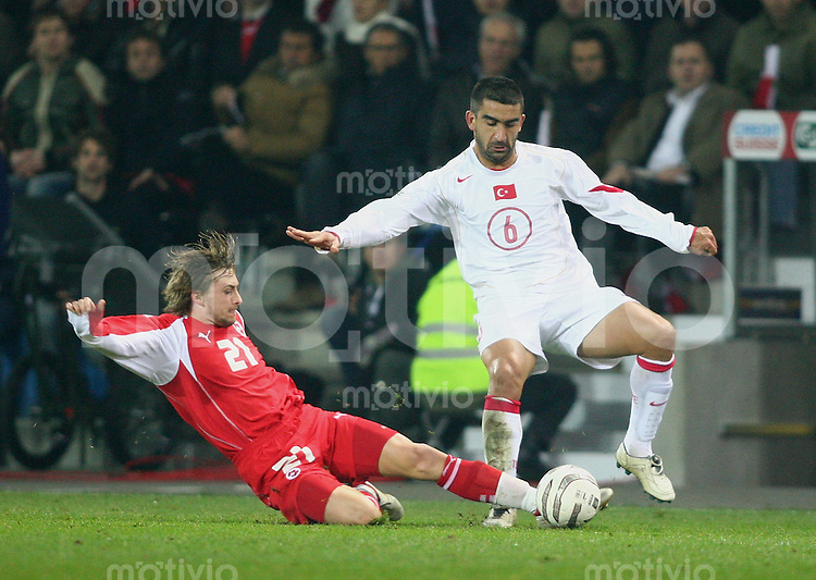Fussball International WM Qualifikation Schweiz 2-0 Tuerkei Daniel Gygax (SUI,li) gegen Uemit Ozalan (TUR)