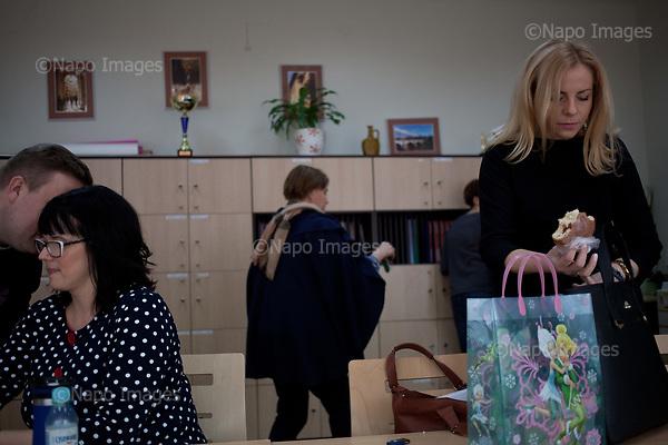 RADOM, POLAND, 28/02/2017:<br /> Teachers during break, at the teacher's room, at the XI Stanislaw Staszic Lycee in Radom.<br /> (Photo by Piotr Malecki / Napo Images)   <br /> <br /> Nauczyciele w pokoju nauczycielskim, w szkole LO im Staszica w Radomiu podczas przerwy.<br /> Fot:  Piotr Malecki / Napo Images<br /> <br /> ###ZDJECIE MOZE BYC UZYTE W KONTEKSCIE NIEOBRAZAJACYM OSOB PRZEDSTAWIONYCH NA FOTOGRAFII###
