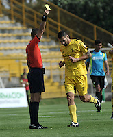 BOGOTA - COLOMBIA -12 -03-2016: Carlos Ortega (Izq.), arbitro, muestra tarjeta amarilla a Jonathan Avila (Der.) jugador de Alianza Petrolera, durante partido entre La Equidad y Alianza Petrolera, por la fecha 9 de la Liga Aguila I-2016, jugado en el estadio Metropolitano de Techo de la ciudad de Bogota. / Carlos Ortega (L), referee, shows yellow card to Jonathan Avija (R), player of Alianza Petrolera, during a match between La Equidad and Alianza Petrolera, for the  date 9 of the Liga Aguila I-2016 at the Metropolitano de Techo Stadium in Bogota city, Photo: VizzorImage  / Luis Ramirez / Staff.