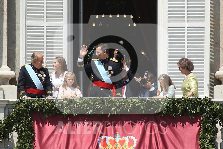 El nuevo Rey de España Felipe VI, con el Rey don Juan Carlos, la nueva Reina doña Letizia La Reina Sofía y la princesa Leonor y la infanta Sofía
