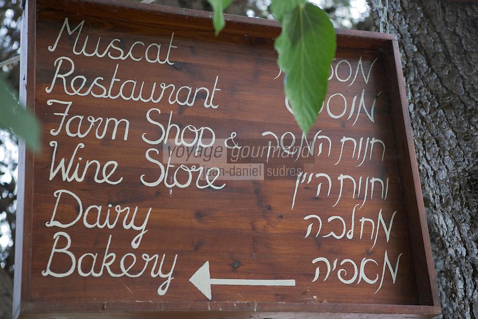 """Asie/Israël/Galilée/Rosh Pina/Safed: Hotel Restaurant """"Mizpe Hayamim"""" avec sa ferme bio créé par le docteur Yaros Yaroshlavsky dans les années 60 les panneaux qui signalent les différentes unités"""