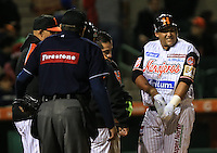 Base por golpe de Marco Camarena de Tomateros  Donen Linares Naranjeros, durante el tercer juego de la Serie entre Tomateros de Culiacán vs Naranjeros de Hermosillo en el Estadio Sonora. Segunda vuelta de la Liga Mexicana del Pacifico (LMP) **26Dici2015.<br /> **CreditoFoto:LuisGutierrez<br /> **<br /> Shares during the third game of the series between Culiacan Tomateros vs Orange sellers of Hermosillo in Sonora Stadium. Second round of the Mexican Pacific League (PML)