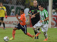 MEDELLÍN -COLOMBIA-29-10-2014. Alejandro Bernal (Der) jugador de Atlético Nacional de Colombia disputa el balón con William Cheroque (Izq) jugador de Cesar Vallejo de Perú durante juego de ida de los cuartos de final en la Copa Total Sudamericana 2014 realizado en el estadio Atanasio Girardot de Medellín./ Alejandro Bernal (R) player of Atletico Nacional of Colombia fights for the ball with William Cheroque (L) player of Cesar Vallejo of Peru during the first leg match for the quarter finals of the Copa Total Sudamericana 2014 played at Atanasio Girardot stadium in Medellin. Photo: VizzorImage/Luis Ríos/STR
