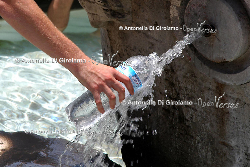Caldo in città. Hot summer in the city..Turisti si rinfrescano nelle fontane di Roma.People find refuge from the high summer temperature at fountain in Rome. ....
